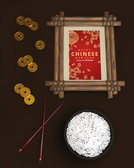 Chinese nieuwe jaarlijst die met rijst wordt geplaatst