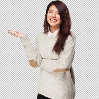 Chinese vrouw die iets houdt