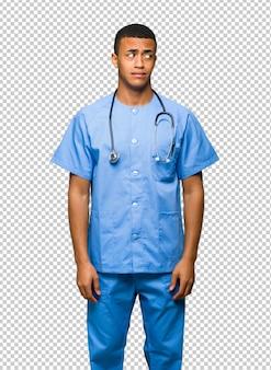 Chirurg dokter man is een beetje nerveus en bang om de tanden te drukken