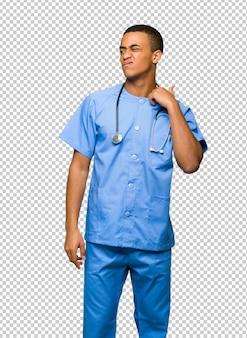 Chirurg dokter man met moe en zieke uitdrukking
