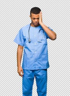 Chirurg dokter man ongelukkig en gefrustreerd met iets