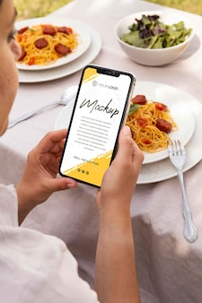 Chorizoschotel met mock-up smartphone