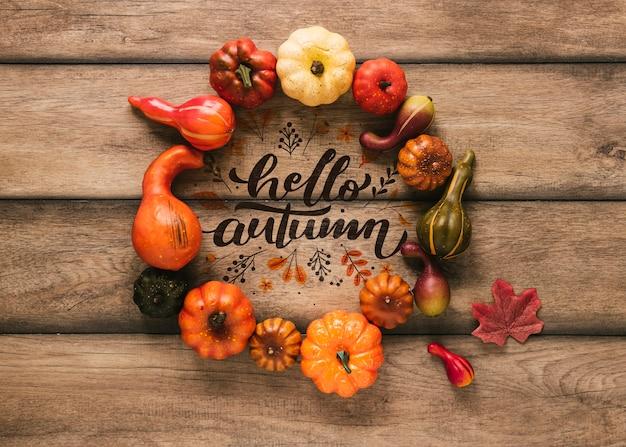 Ciao autunno mock-up circondato da decorazioni naturali