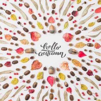 Ciao citazione di autunno con le foglie secche su fondo bianco