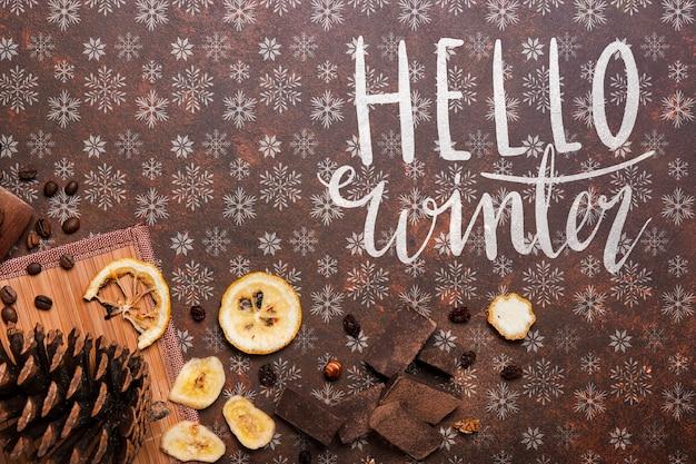 Ciao messaggio invernale accanto a cibo nutriente