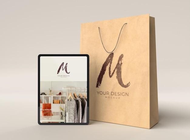 Cierre en bolsa de compras con maqueta de dispositivo digital