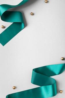 Cinta de seda verde sobre un fondo gris