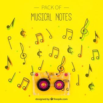 Cinta sobre fondo amarillo de notas musicales