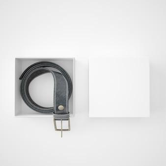 Cinturón enrollado dentro de una caja blanca