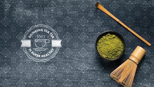 Ciotola con tè verde in polvere asiatico matcha