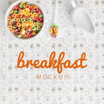 Ciotola e cucchiaio con cereali sul tavolo