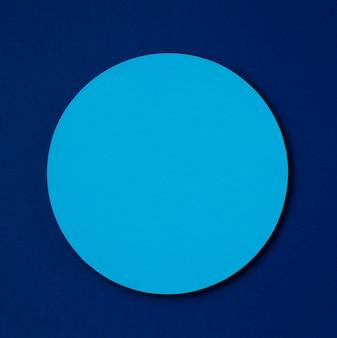 Círculo de maqueta azul claro sobre fondo azul oscuro