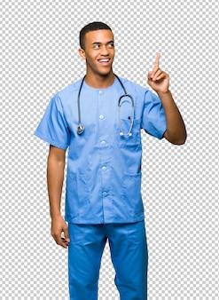 Cirujano doctor hombre pensando una idea apuntando el dedo hacia arriba