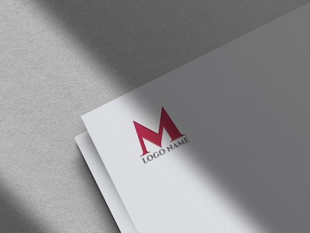Ciseleer gouden logomodel op wit papier