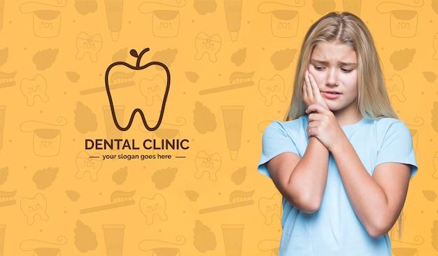 Clínica dental linda chica joven