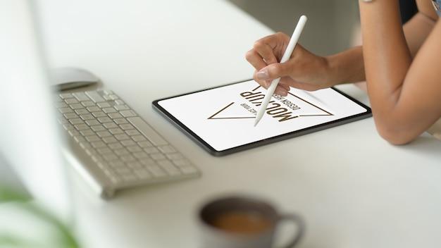 Close-up bij de hand met behulp van mockup van digitale tablet