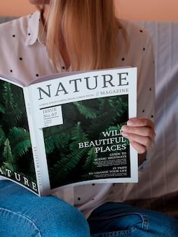 Close-up casual geklede vrouw met een mock up magazine