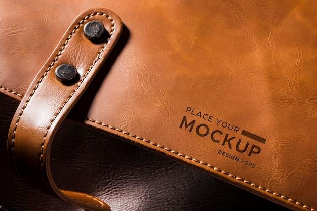 Close-up de cuero marrón con puntadas y correa