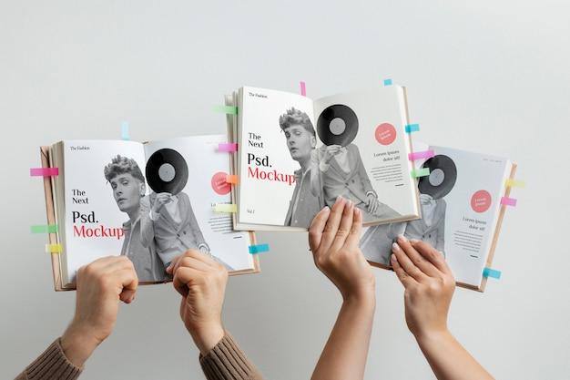 Close-up handen met boeken mockup Premium Psd