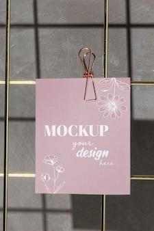 Close-up kaart opknoping op raster draad bord met roze clip