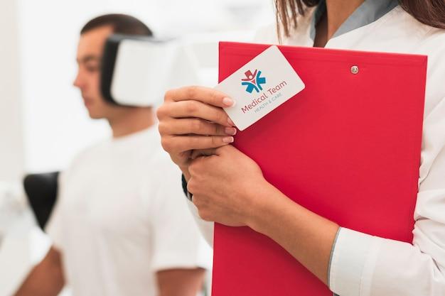 Close-up mock-up klinische kaart en man medische oefeningen doen