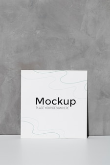 Close-up mockup kaart leunend op de muur