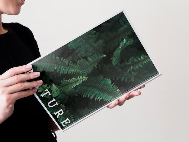 Close-up mujer leyendo una revista de naturaleza simulacro