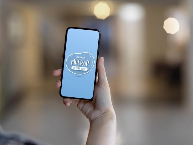Close-up op hand met mockup van een scherm van de smartphone