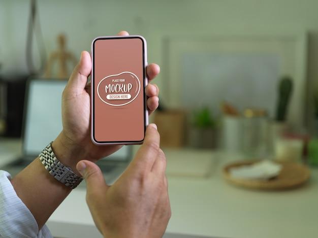 Close-up op handen met mockup van smartphonescherm