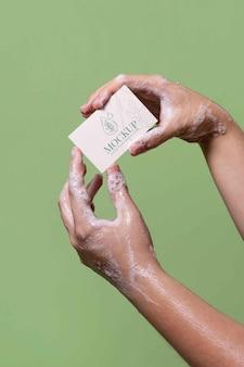 Close-up op handwas met zeepmodel