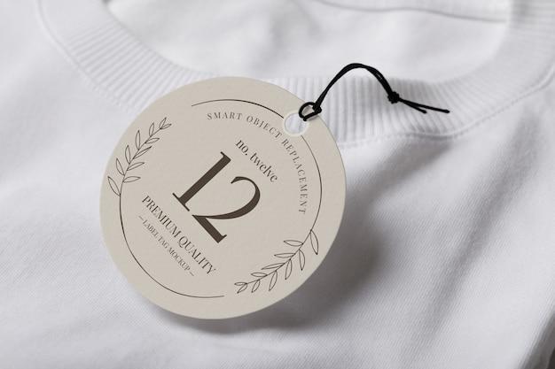 Close-up op label tag-mockup