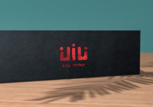 Close-up op logo mockup op een zwarte doos