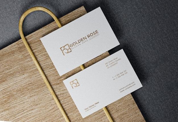 Close-up op luxe visitekaartje mockup met houten sokkel
