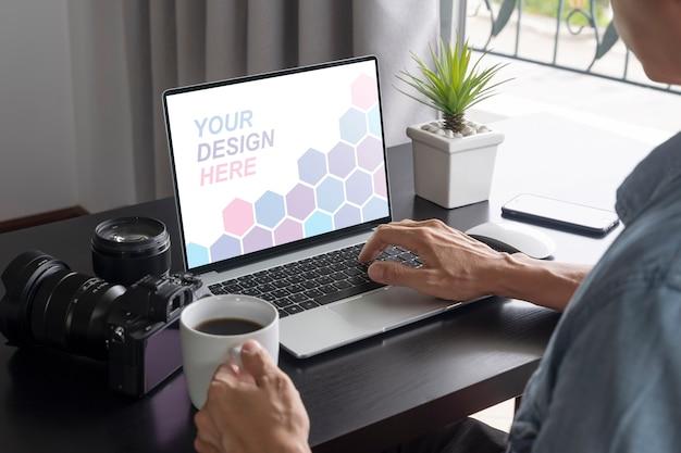 Close-up op man aan het werk vanuit huis op laptop mockup