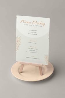Close-up op menumodel in houten houder