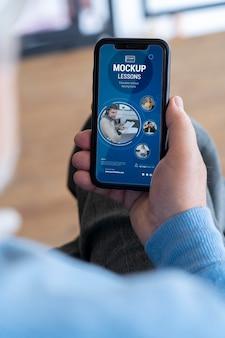 Close-up op oudere persoon met behulp van een digitaal apparaatmodel