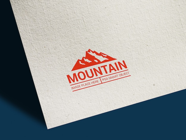 Close-up op red mountain logo mockup