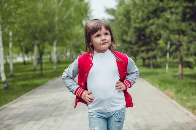 Close-up op schattig kind tshirt mockup dragen