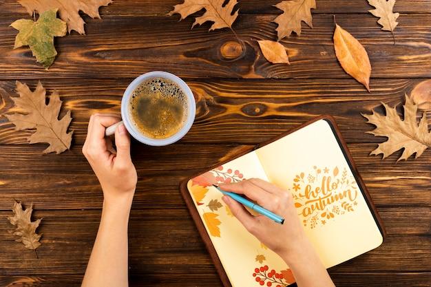 Close-up persoon met koffie schrijven