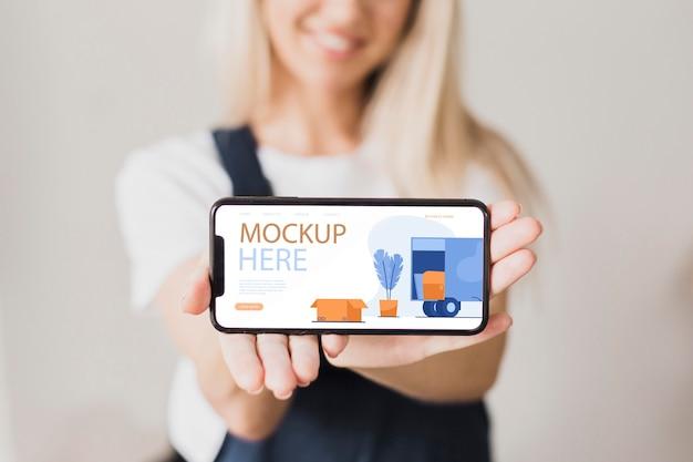Close-up smiley vrouw met smartphone