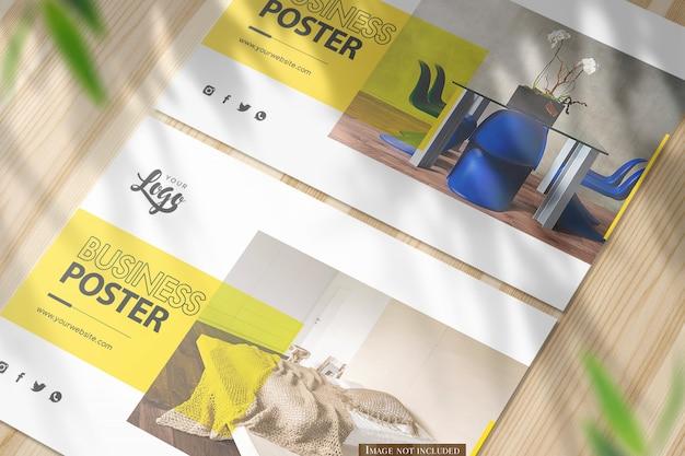 Close-up twee horizontale a5 poster mockup op glanzend houten bureau