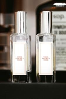 Close up van bid parfumflesjes mockup