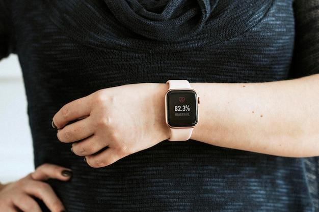 Close-up van een roze smartwatch-mockup