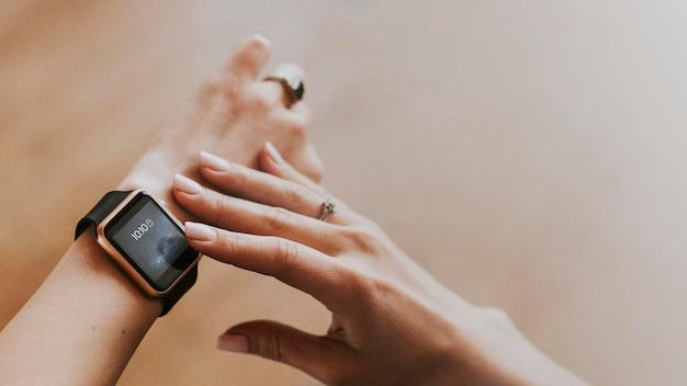 Close-up van een smartwatch op een damespolsmodel