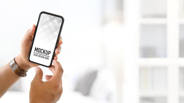 Close-up van hand man met leeg scherm mockup smartphone
