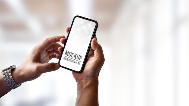 Close up van jonge man met mockup smartphone