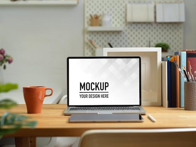 Close-up van kantoor aan huis bureau met laptop mockup