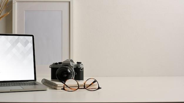 Close-up van kantoor aan huis bureau met tablet mockup met toetsenbord