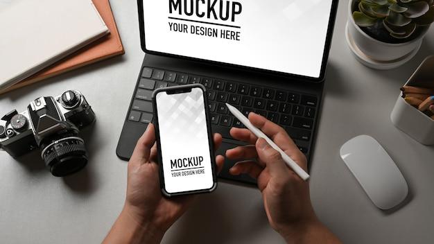 Close-up van kantoor aan huis kamer met laptop en telefoon mockup