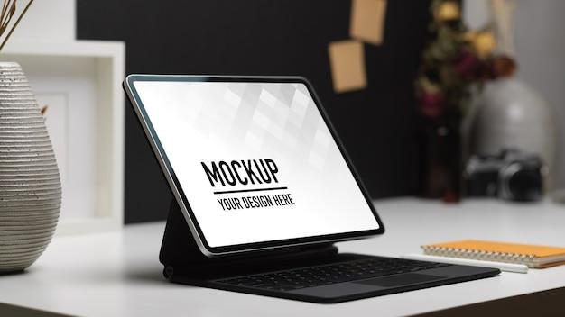 Close-up van kantoor aan huis kamer met laptop mockup